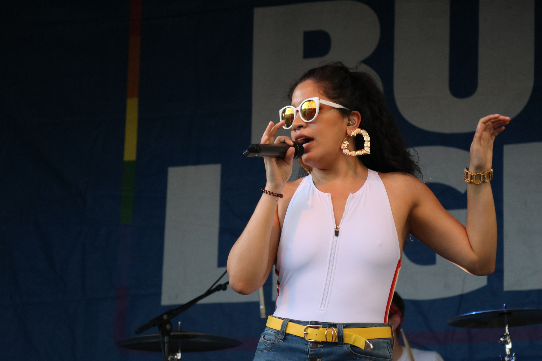 Lead singer Elianne Nascimento. Photo by Hector Cervantes, 14 East.