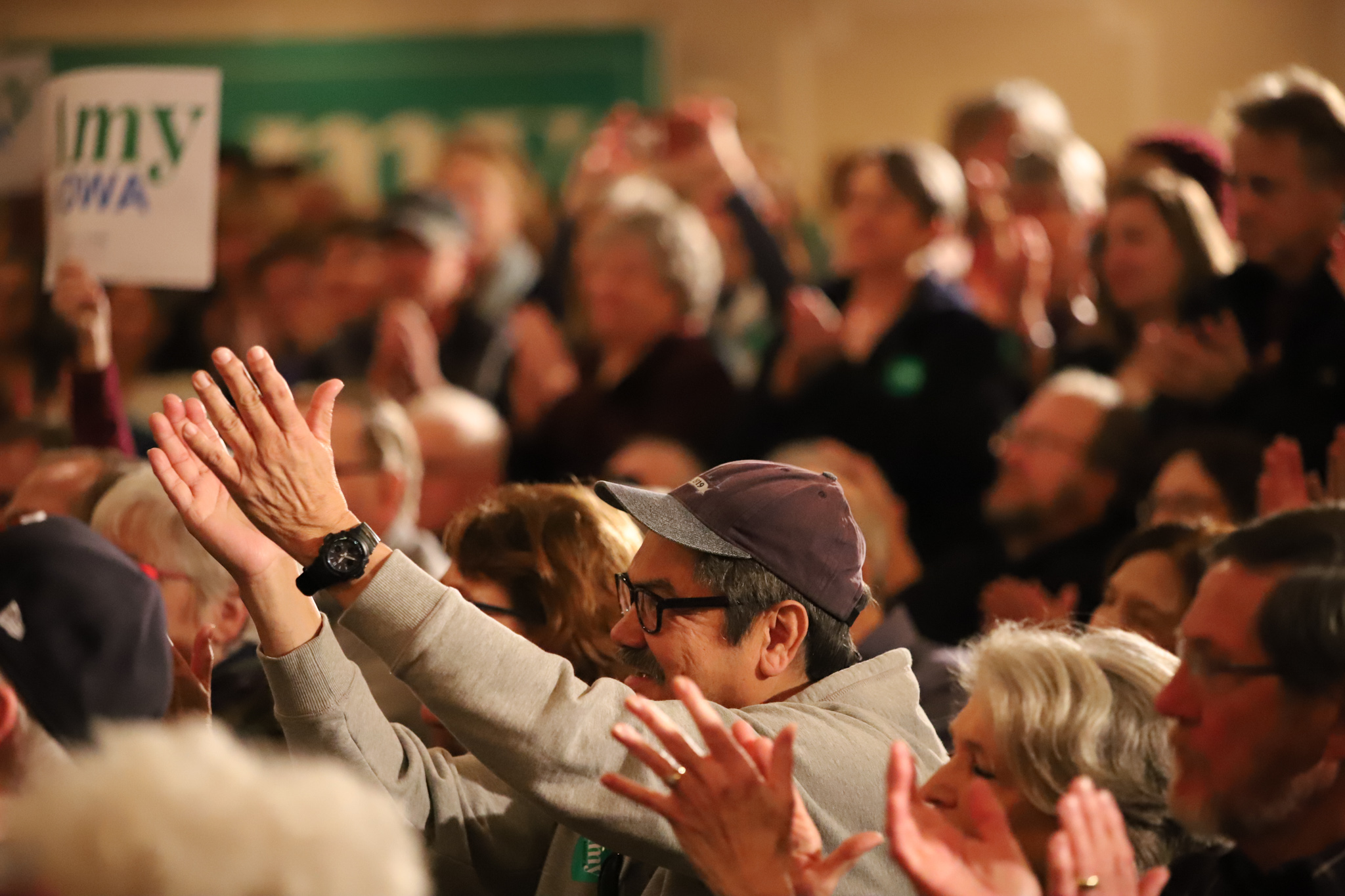 Voters clapping for Klobuchar. (Patsy Newitt, 14 East)